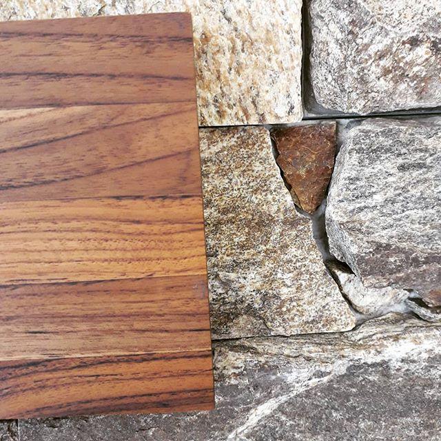 Falando em composição de materiais,  madeira e pedra, harmonia perfeita!  #espaço8 #revestimentos #madeira #marcenaria #pedrasnaturais #arquitetura #decoração #projetoresidencial #projetocomercia #projetocorporativo l