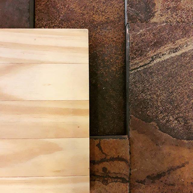 Ainda sobre pedras e madeiras... Inspiri-se e ouse!!! #espaço8 #pedrasnaturais #madeira #marcenaria #arquitetura #decoração #projetoresidencial #projetocomercial #projetocorporativo