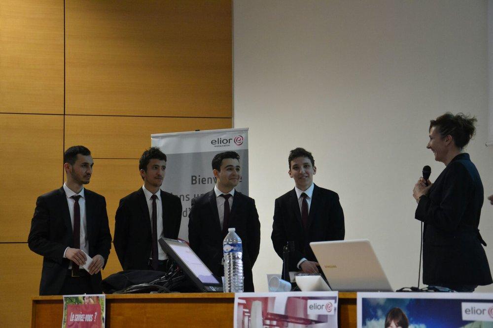 De gauche à droite :  Emre Gucer ,  Ismail Ibrahimi , Ahmad Alhammoud, moi même et  Mme Carine Ridel , responsable marketing santé d'Elior