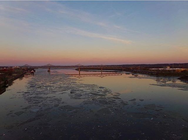 The icy Illinois River // 📸 @debs1516