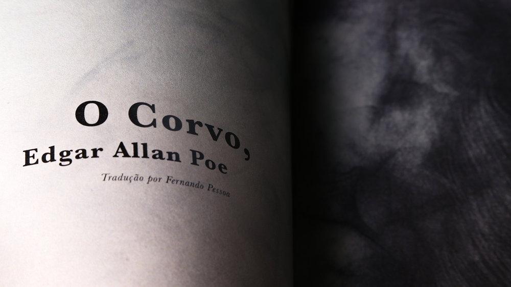 A textura da fuligem foi usada para a ilustração de uma pena de corvo.