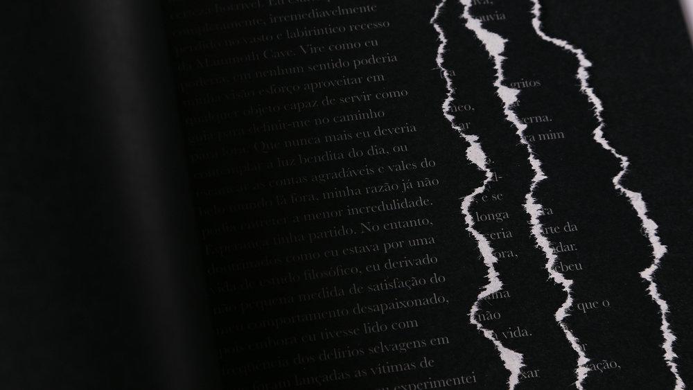 As páginas foram rasgadas manualmente para representar as paredes de uma caverna totalmente escura, que guiava o personagem.