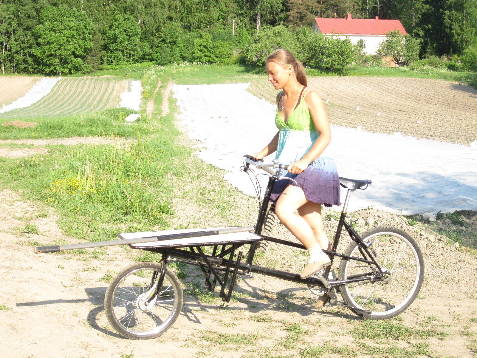Heidi kuljettaa peltoharavaa