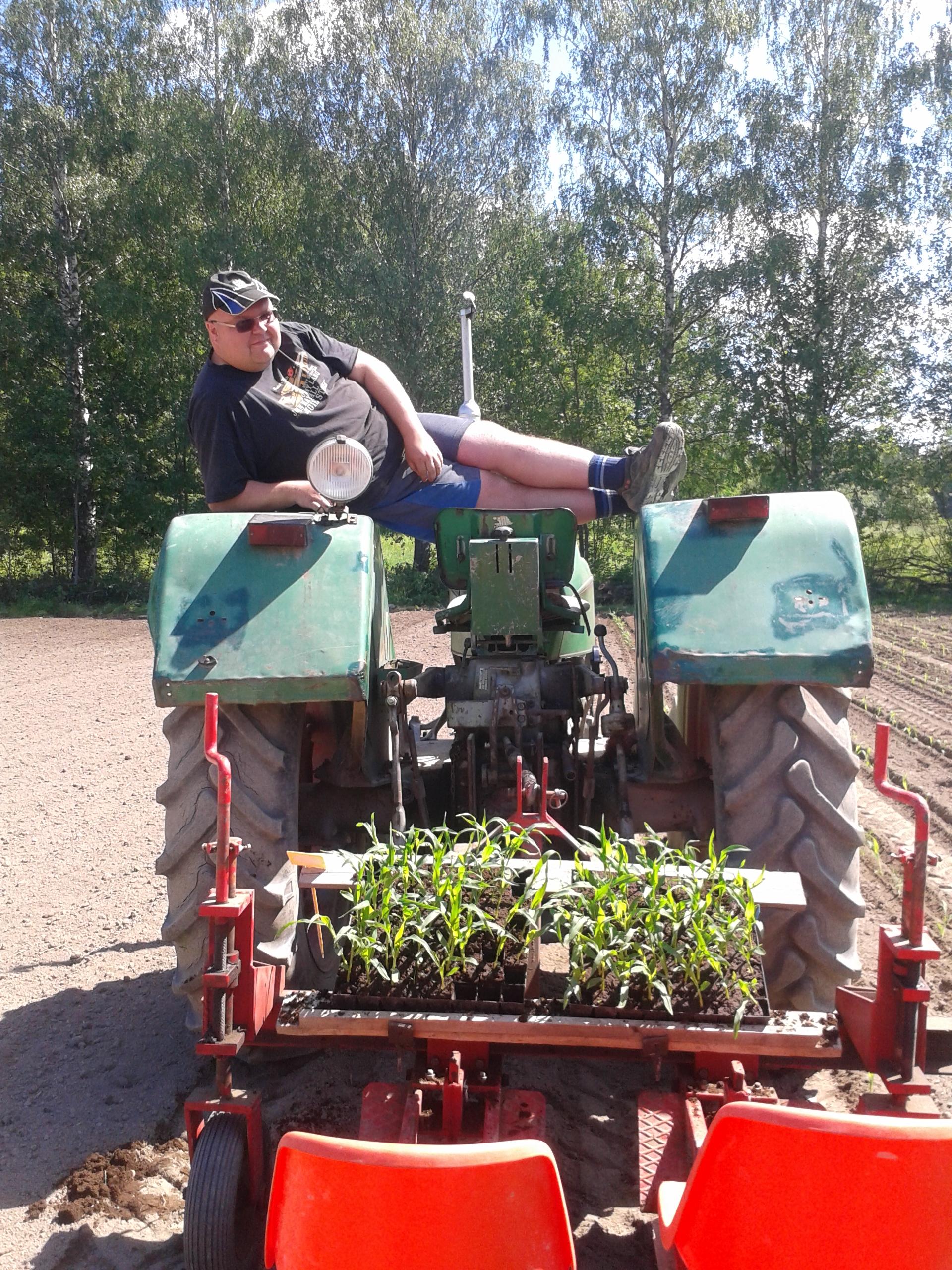 Peltogym: Timo venyttelee taimien istutuksen lomassa, ergonomia huomioiden