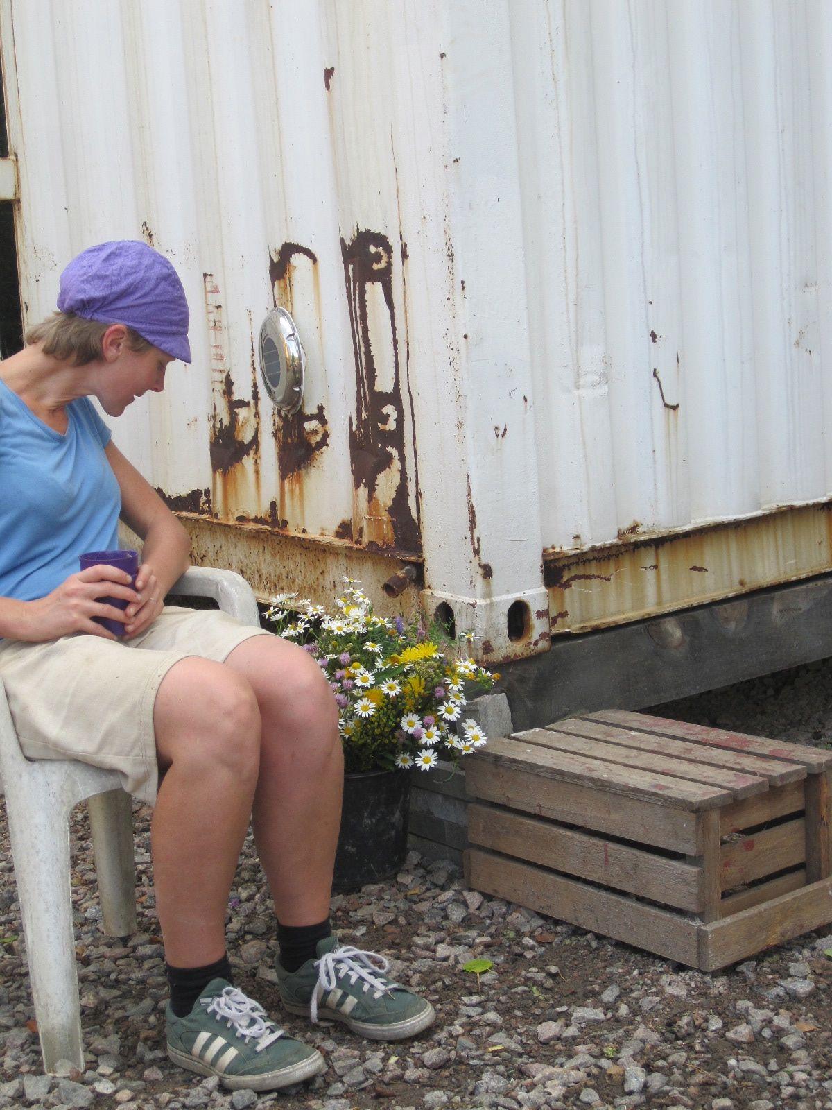 Harjoittelijamme Kaisa huomasi kitkiessään rikkojen kauneuden ja keräsi kimpun kahvitaukoa piristämään
