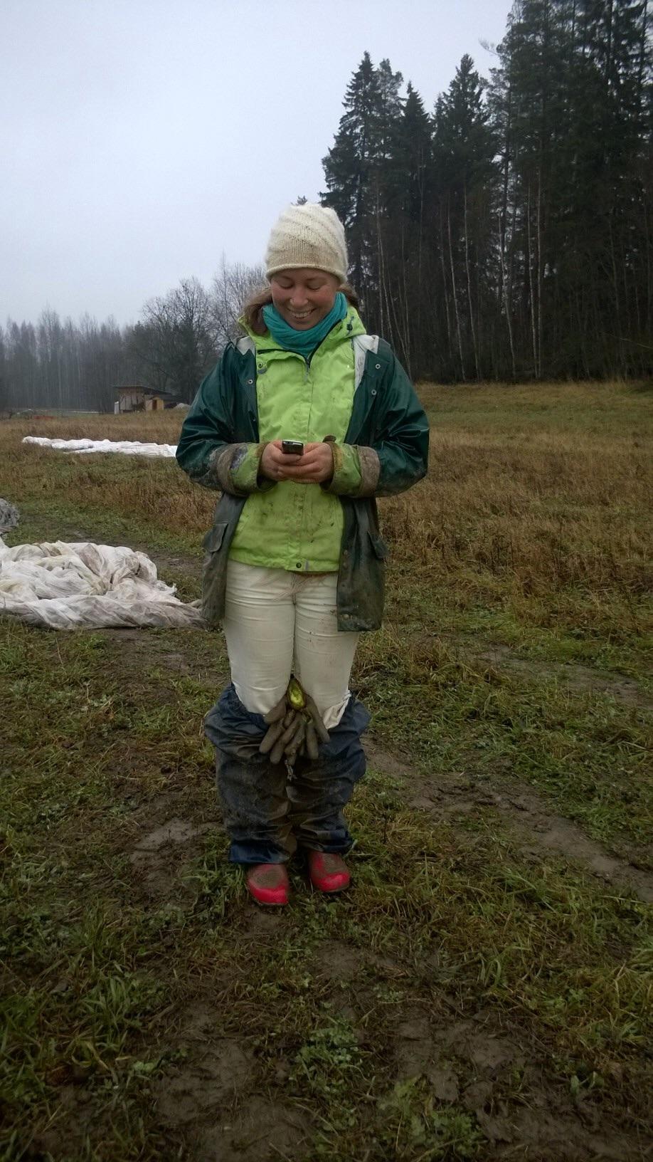 Heidillä on toimisto aina mukana pellolla, joskus täyyy riisua ensmmäinen kuravaate kerros, että saa vastattua osuuskuntalaiselle