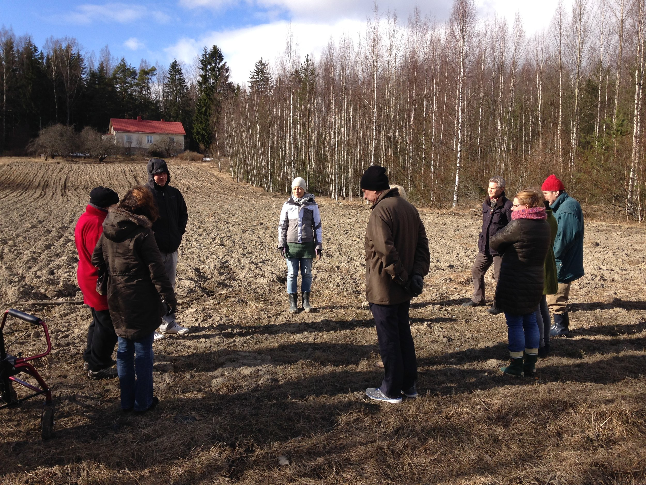 Lilinkotisäätiön henkilökuntaa ja asukkaita tutustumassa Kaupunkilaistemn omaan peltoon. Heidi Hovi kertoo viljelysuunnitelmista ja esittelee toimintaa pellolla.