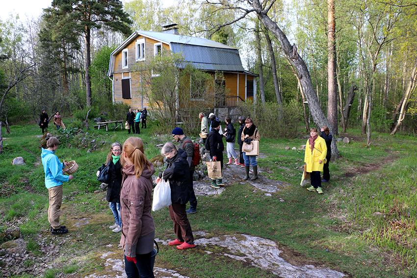 Päätämme retken Fastholmaan, jossa paistamme nokkoslettuja.