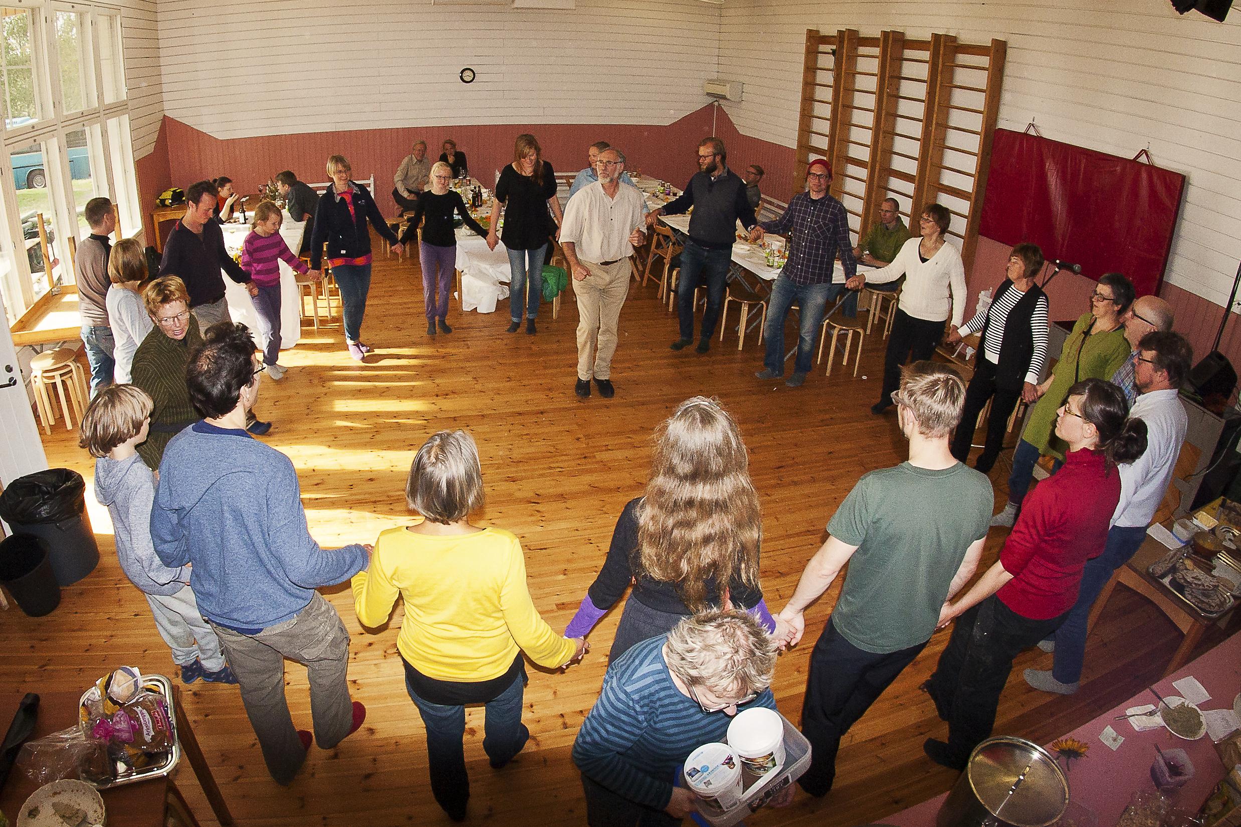 Tanssia. Traditional Folk Dance. Tanssittajana Win van der Kooij. Tanssimme erimaiden kansantansseja.