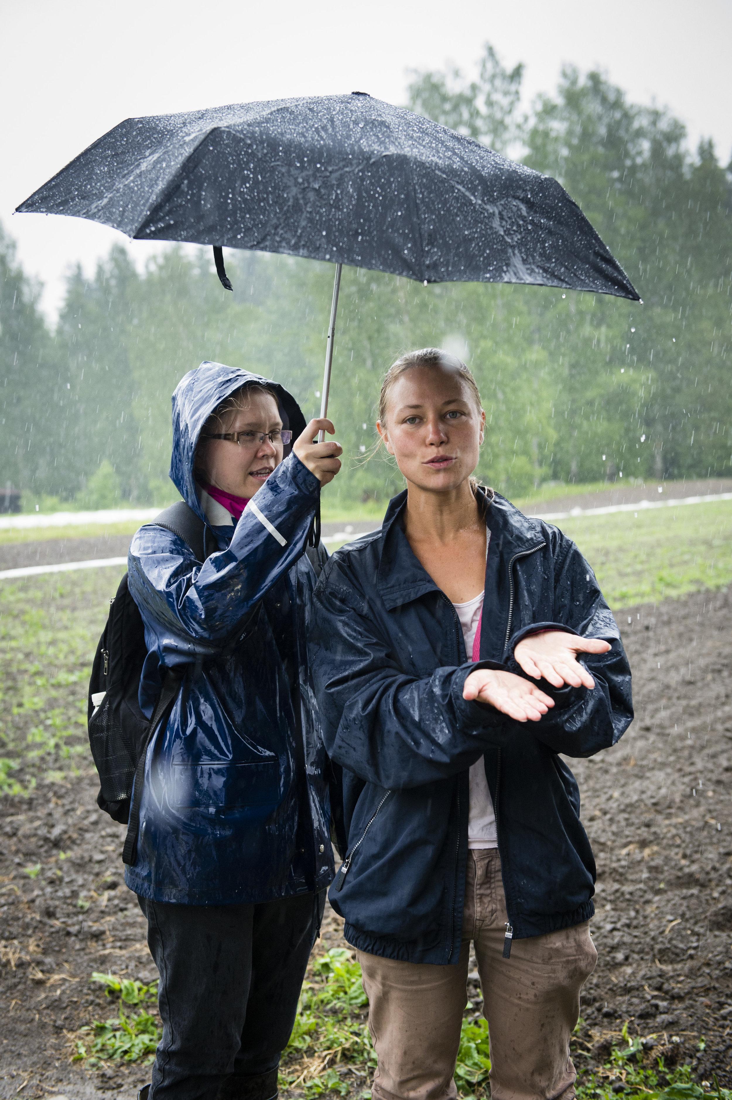 Peltokierroksen aikana hortonomi,personal farmer Heidi Hovi esitteli Kaupunkilaisten oman pellon toimintaa ja ekologista kestävyyttä. Mitä pellolla tapahtuu satokauden aikana ja miten viljelemme 3 hehtaarin peltoa ja hyötykasvipuutarhaamme. Heidi avasi biodynaamiseen viljelyyn liittyviä asioita ja korosti maanhoitamisen tärkeyttä. Pelto on Luomu ja Demeter-merkeillä sertifikoitu.