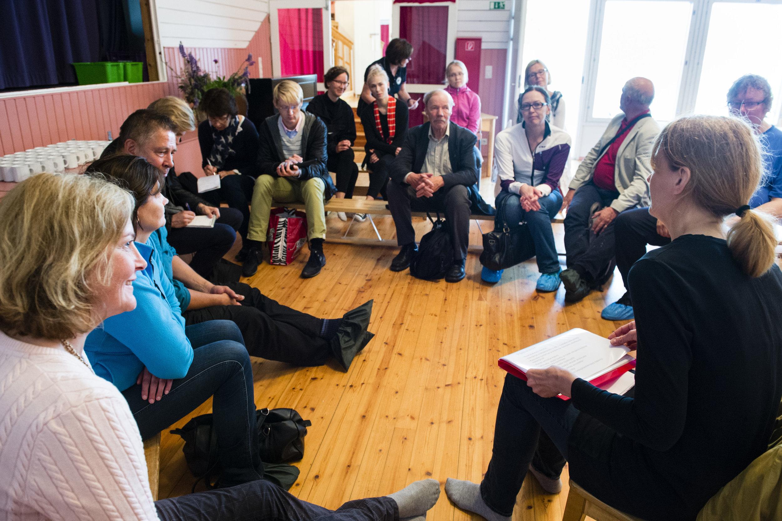 Kumppanuusmaatalous jäsenten arjessa, kotitalousopettaja, KM Maritta Paakkinen kuvassa oikealla reunalla.