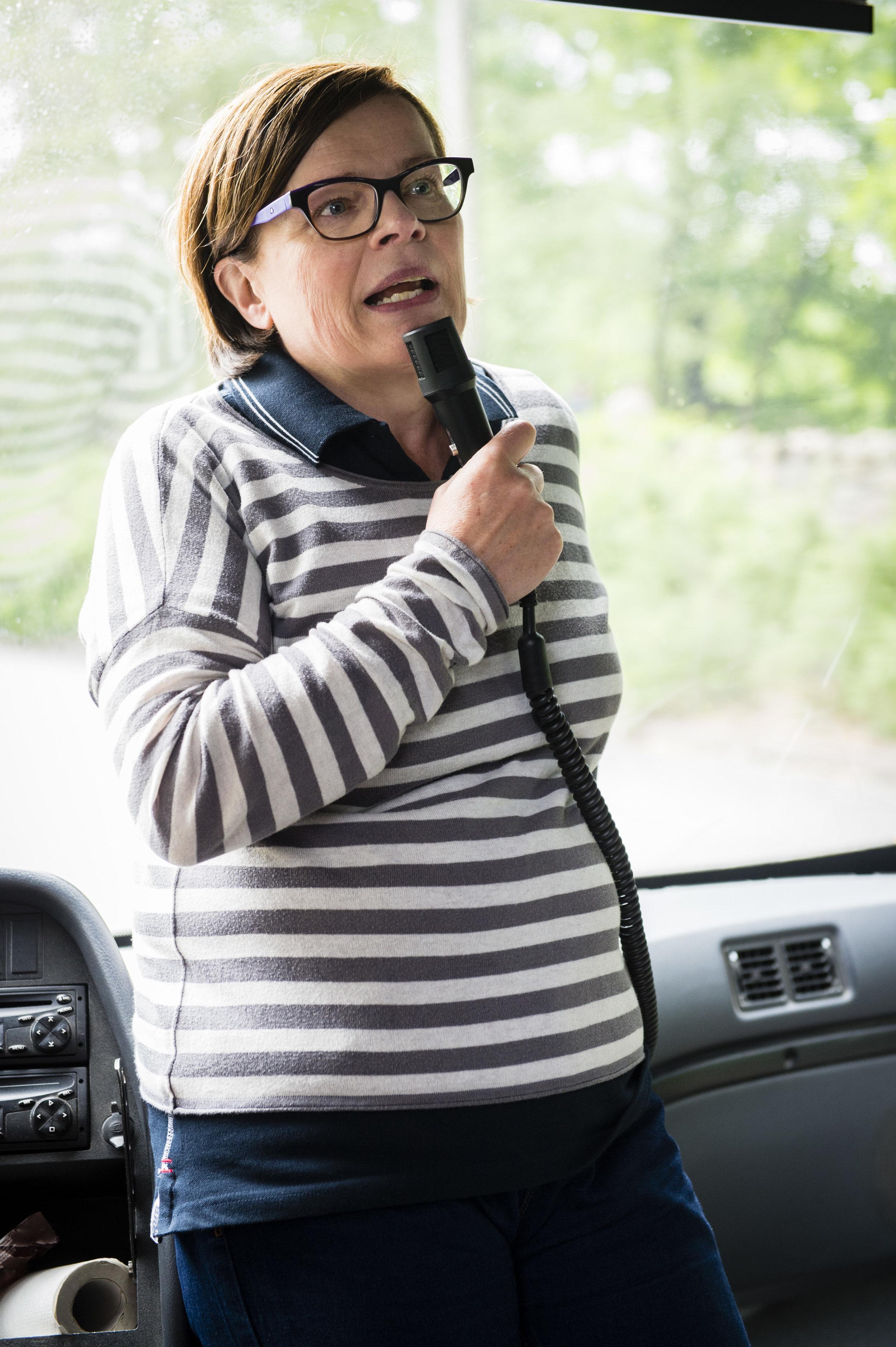Leena Erälinna toivotti vieraat tervetulleeksi LähiSos-hankkeen puolesta, joka mahdollisti tapahtuman järjestämisen pellolla.