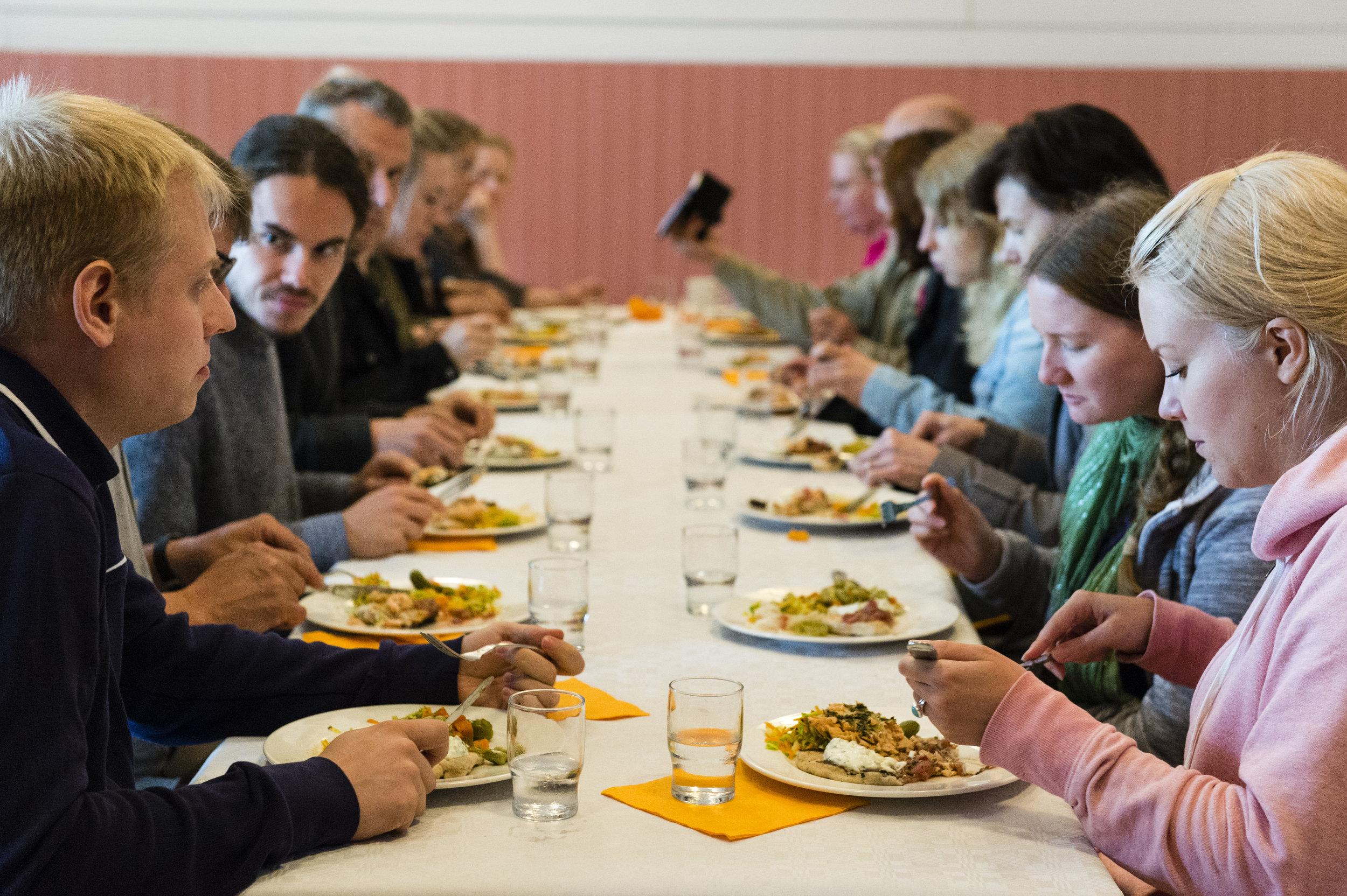 Ruokana oli avotulella suolakuoressa valmistettua lohta. Se tarjottiin mehevän muuripannulla kypsennetyn leivän, raparperichutneyn ja avomaakurkusta tehdyn jugurttikastikkeen kera. Seurana vielä kuminalla maustettua coleslawta. Ruokajuomana oli koivumahla, joka oli juoksutettu pellon viereisestä koivusta.