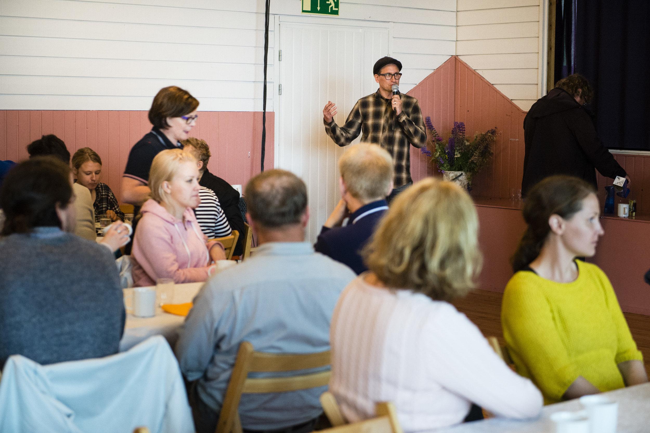 Ruokailun jälkeen olimme kutsuneet asiantuntijoita kommentoimaan ja herättämään keskustelua kumppanuusmaatalouden mahdollisuuksista. Yli 50 osallistujaa kuunteli mielenkiintoisia puheenvuoroja Vantaan Steinerkoululla.