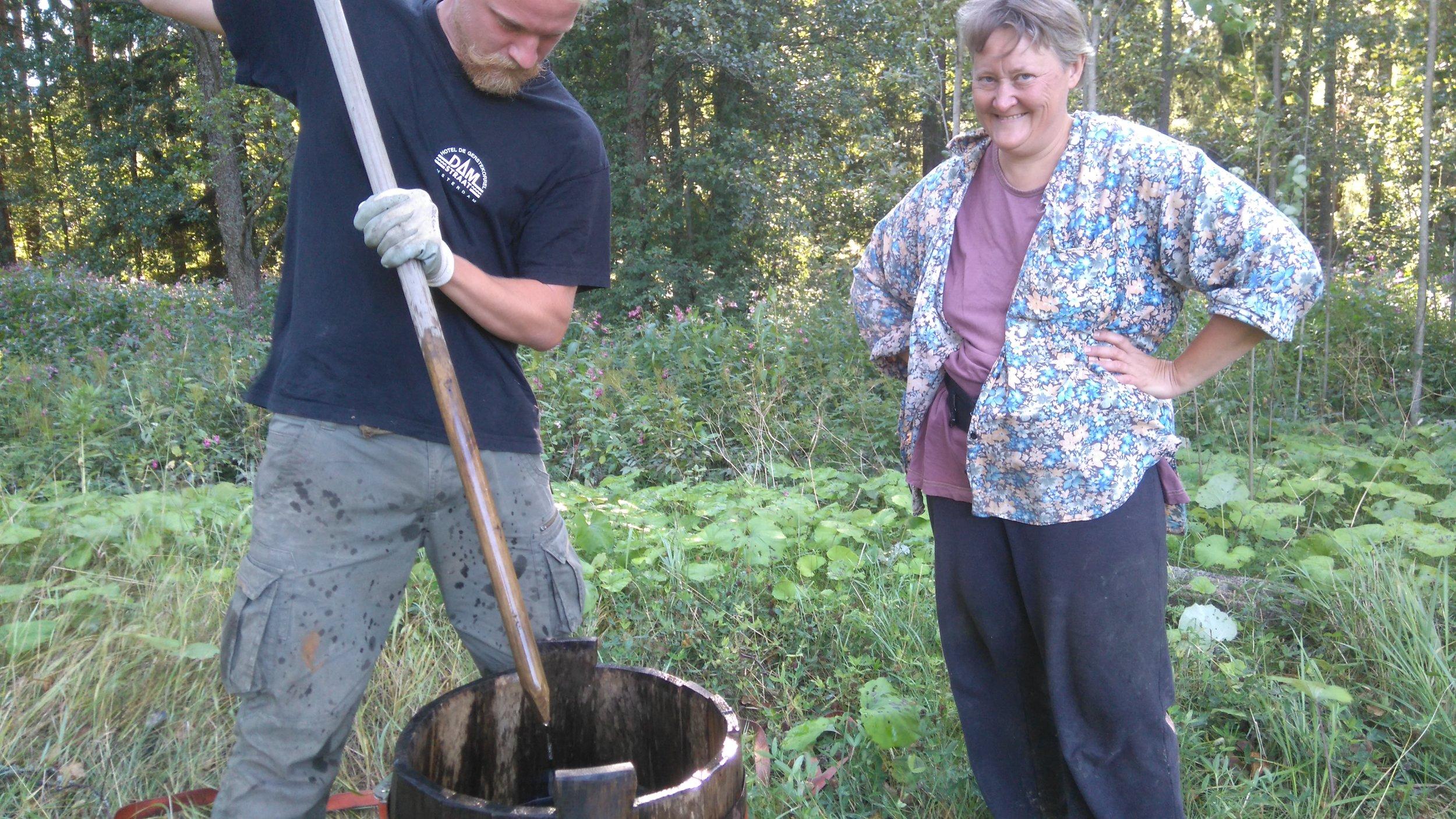 Joonas ja Annika pyörittävät biodynaamista pii-preparaattia, joka levitettiin perjantaina tukemaan generatiivista kasvun vaihetta
