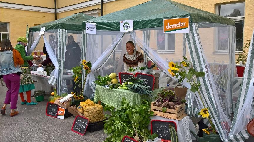 Kuva:Annika Toivanen; Heidi myymässä Foodycle-tuottajatorilla