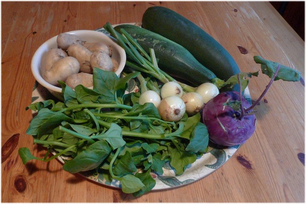 Perunoita 1 kg, 2 kesäkurpitsaa, 1,7 kg, kyssäkaali 0.4 kg, 5 sipulia, 0.3 kg, pinaattia 200 g sekä salaatinkerä (ei kuvassa)