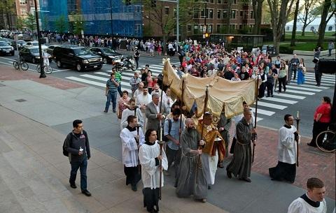 pic_corner_051314_procession2