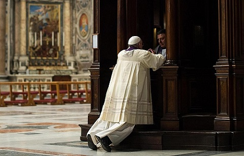 Pope_Francis_goes_to_confession_as_part_of_a_penitential_mass_at_St_Peters_Basilica_at_the_Vatican_on_March_28_2014_Credit_ANSA_OSSERVATORE_ROMANO_CNA_3_28_14