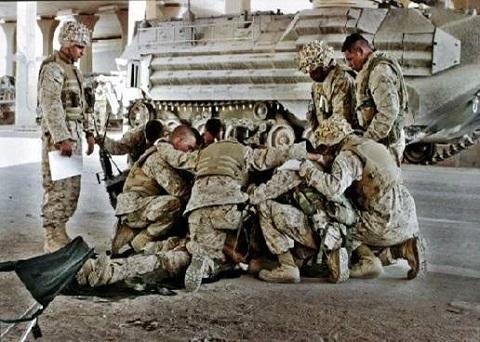 US_Soldiers_Pray-01