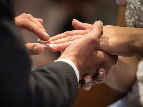 Couple-exchange-rings-during-a-Catholic-wedding-ceremony