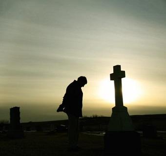 man-mourning-in-graveyard-1500