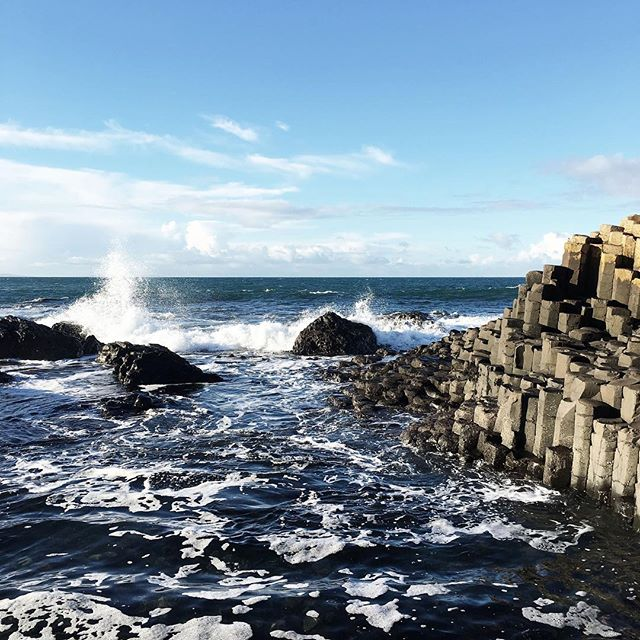 Surprise blue skies had me falling for Belfast and NI. Find some of my faves, including the Giant's Causeway, in the new blogpost. Link in bio.  #lozidaze #northernireland #giantscauseway #landscape #sea