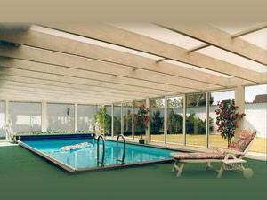 Copy of Wnętrze zabudowanego tarasu z basenem kąpielowym.