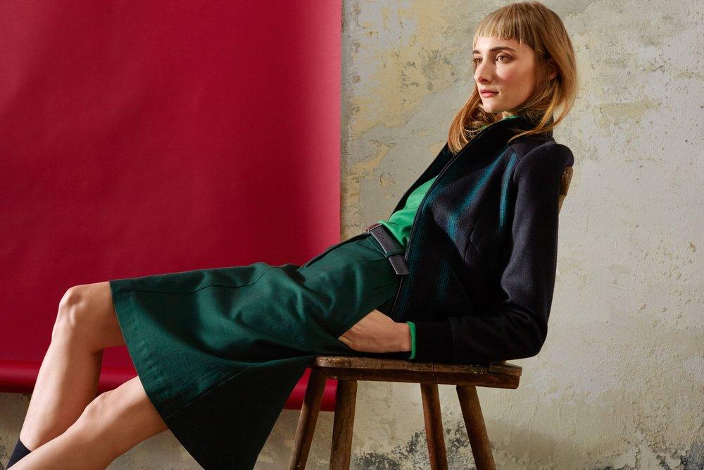 Warme Blousonjacke aus Mantelstoff in Schwarz-grünem Streifen mit Strickbündchen, knielanger Baumwollrock mit Hosenreißverschluß und Eingrifftaschen