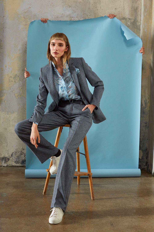 Einreihiger, langer Blazer in Schurwolle mit passender Anzughose und Visosehemd mit Winterprint