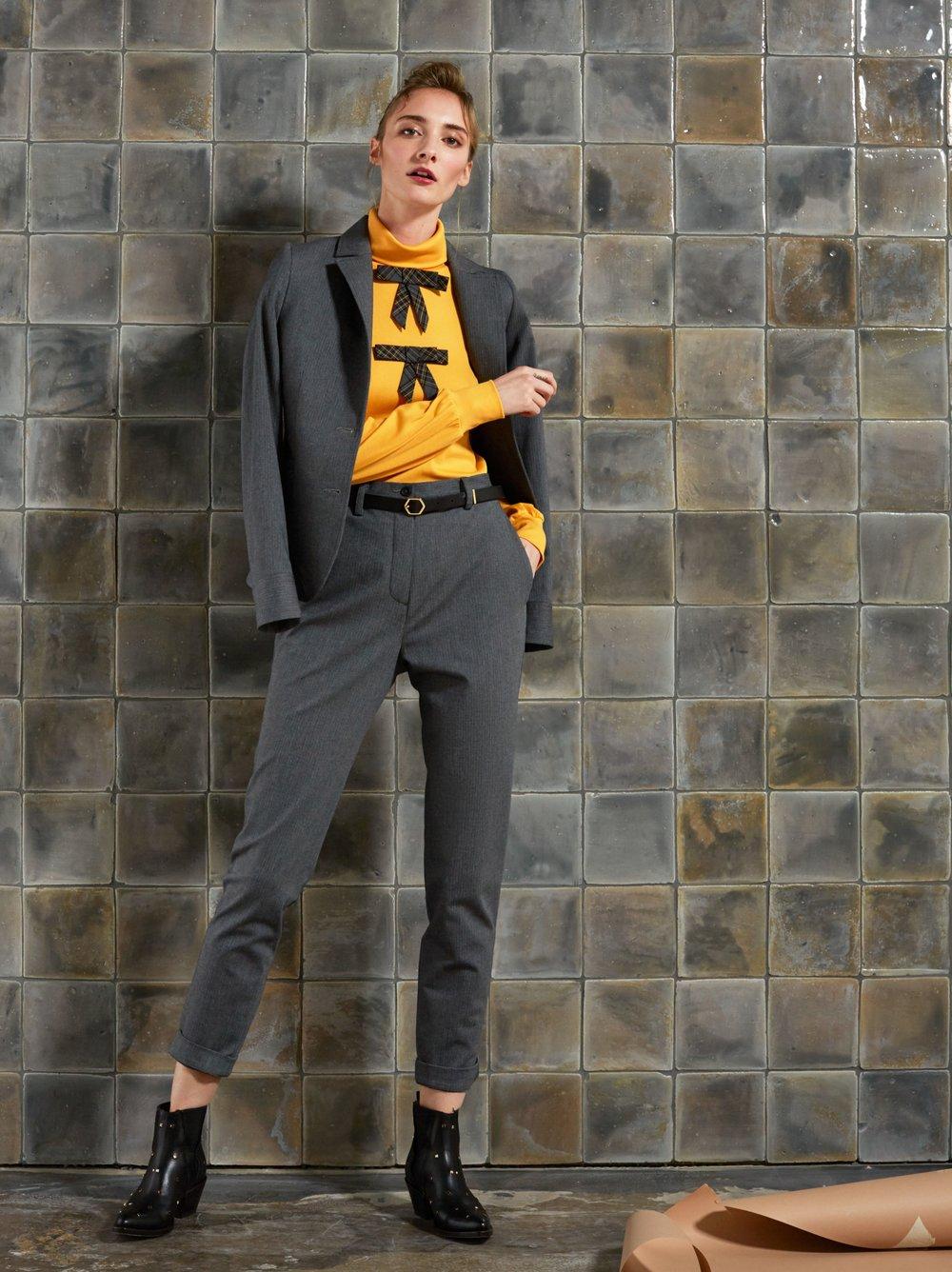 Baumwollanzug mit kurzem tailliertem Blazer und taillenhoher Hose, Rolli mit Ansteckschleifen :-)