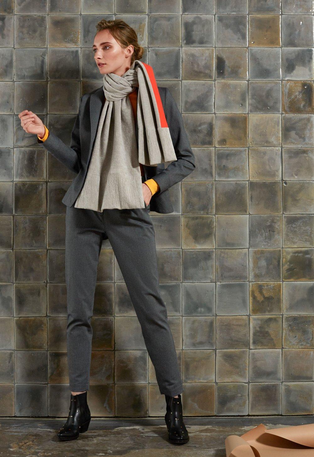 Oversized Schal aus Cord mit orangefarbenen Baumwollfutter