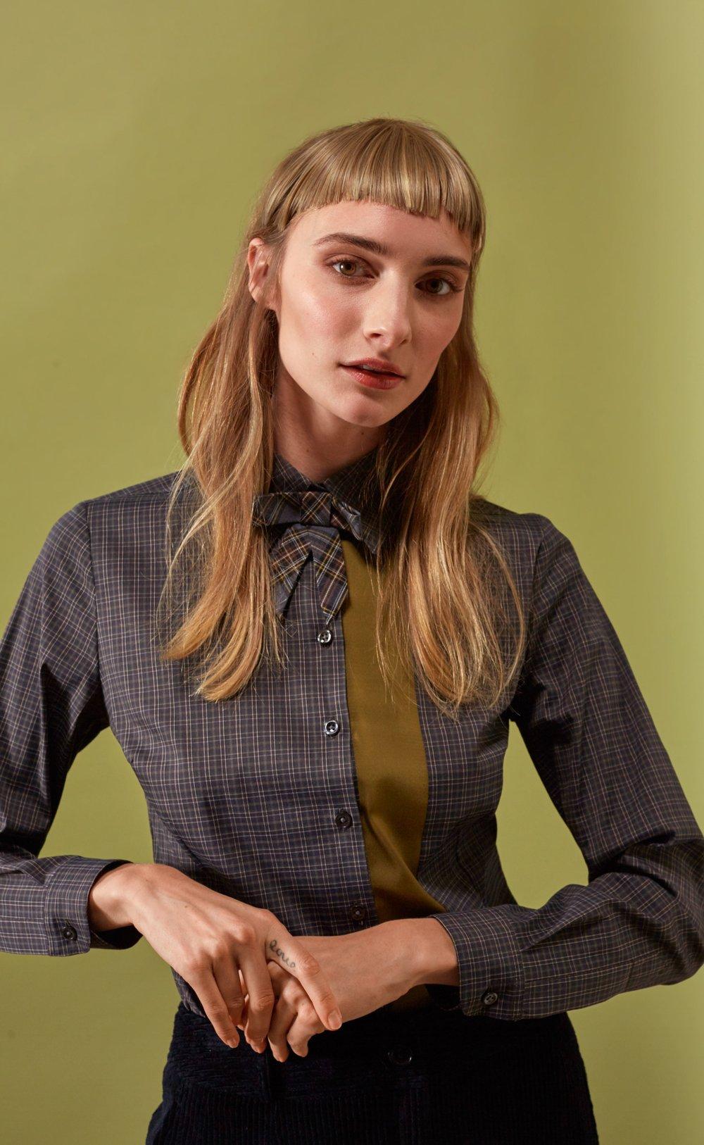 Taillierte Bluse aus kleinem Baumwollkaro mit Streifendetail in Kontrastfarbe, Ansteckschleife