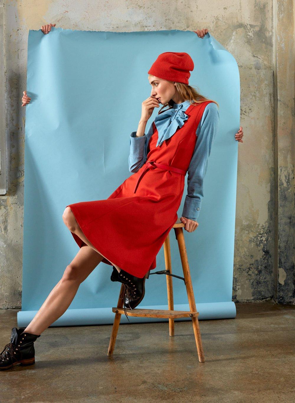 Tailliertes Jerseykleid über Flanellbluse mit Rüschendetail, Mütze von Silvia Bundschuh hutdesign