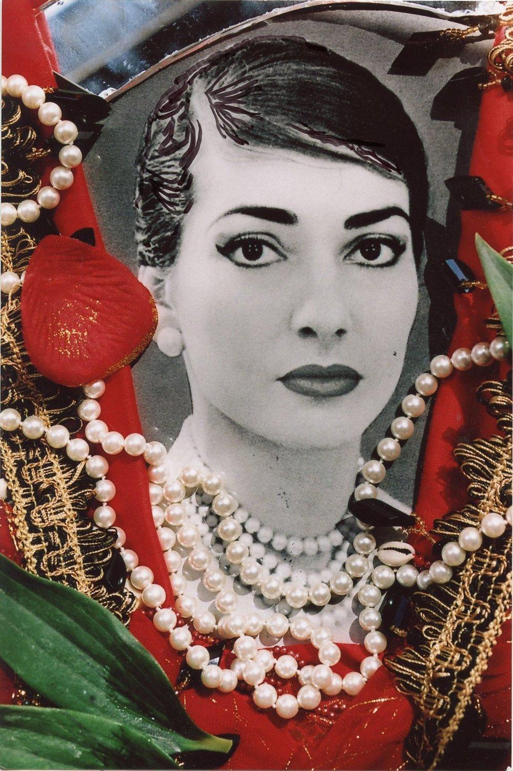 Portrait-Maria-Callas-Saint-Paul-Vence-2013-Suivant-saisons-Maria-portait-plusieurs-rangees-perles-detaille-Christine-Spengler_9_1400_1796.jpg