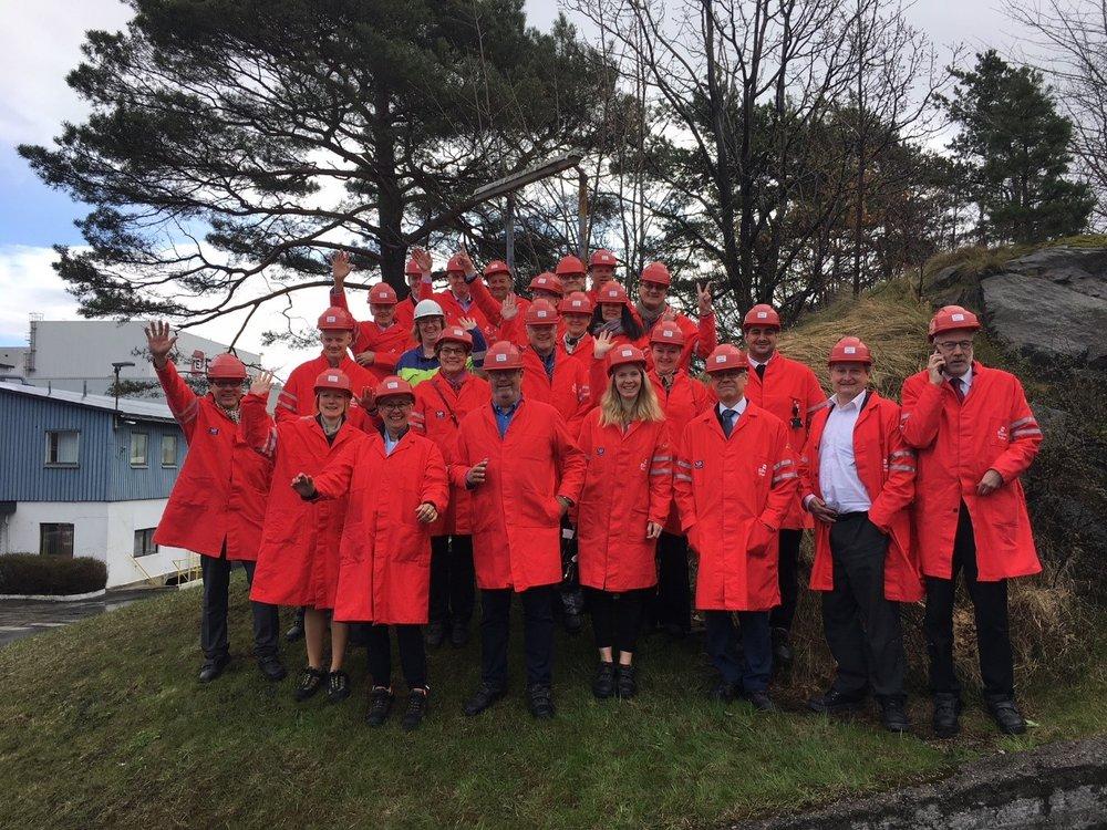 Bild 2. NOFI delegationen bekatar sig med kiselproduktion på REC Solar fabrik i Kristiansand.