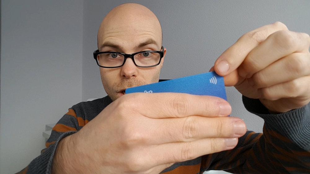 Kontaktloses Bezahlen - Alle Karten mit diesem Symbol können kontaktlos bezahlen und senden standardmäßig per Abfrage ein NCF-Signal aus, in dem einige Kartendaten, darunter z. B. auch die Kreditkartennummer, unverschlüsselt enthalten sind. Diese Daten können mit einem einfachen Smartphone ausgelesen werden.