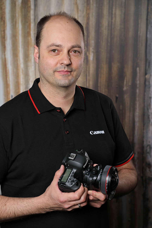 Ihr Foto-Trainer ist der Canon-Experte Michael Rogosch. Er lebt und liebt die Fotografie. Angefangen hat die Liebe bereits während seiner Schulzeit. Nach diversen Praktika folgte eine Ausbildung zum Fotografen. Danach studierte er in Dortmund Kommunikationsdesign. Seit 2004 ist Michael Rogosch als freier Diplom Photo-Designer und Fotograf für Canon aktiv. Seine Leidenschaft gilt der Architektur- und Industriefotografie. Werbung, FineArt-Printing und Bildbearbeitung gehören ebenfalls zu seinen Stärken.