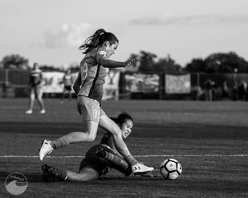@kelleyohara doesn't have time for your tackle. 💁🏻 #skyblue #fc #washingtonspirit #dc #sportsphotography #nwsl #soccer #canon #peakdesign