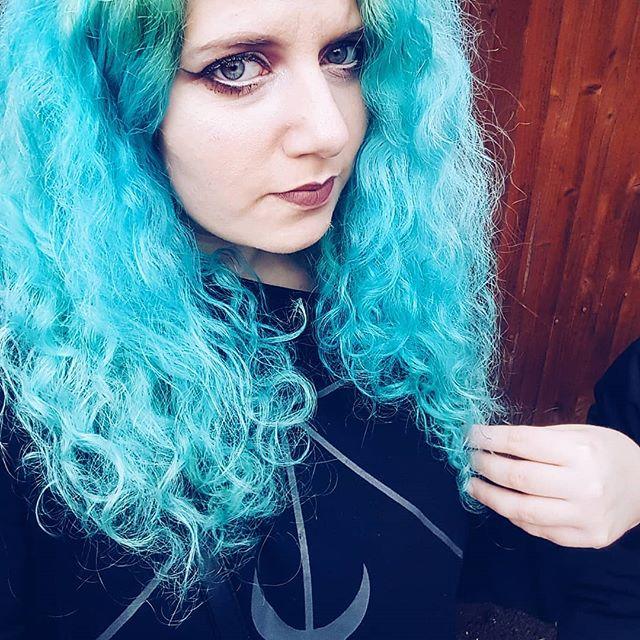 💙🖤💙🖤 #altgirl #bluehair #mermaidhair #mermaid #bringonfall #witchy #witchesofinstagram #witchvibes #instagoth #gothmakeup #gothgirl #gothicc #gothgoth #altmodel #alternativegirl #poppunkgirl #emogirl #femalefrontedband