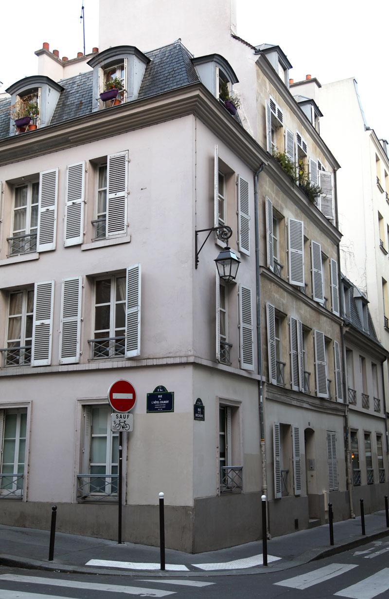 pink-building-in-Paris.jpg