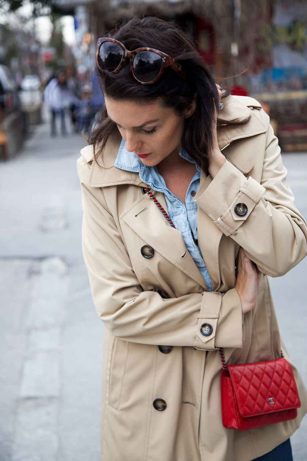 denim-on-denim-outfit-with-trench-coat-and-red-accessories7.jpg