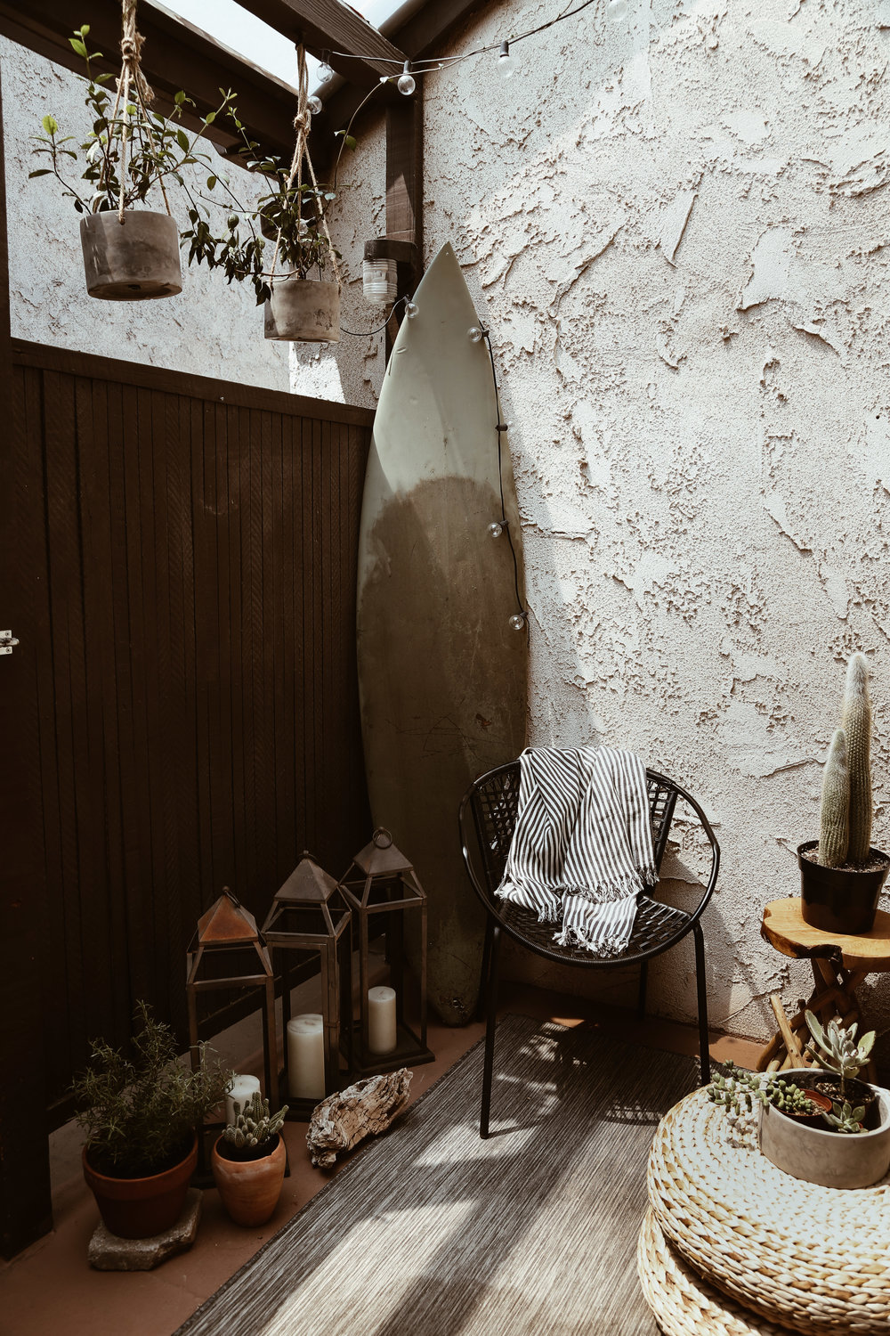 small-los-angeles-outdoor-space-neutral-decor