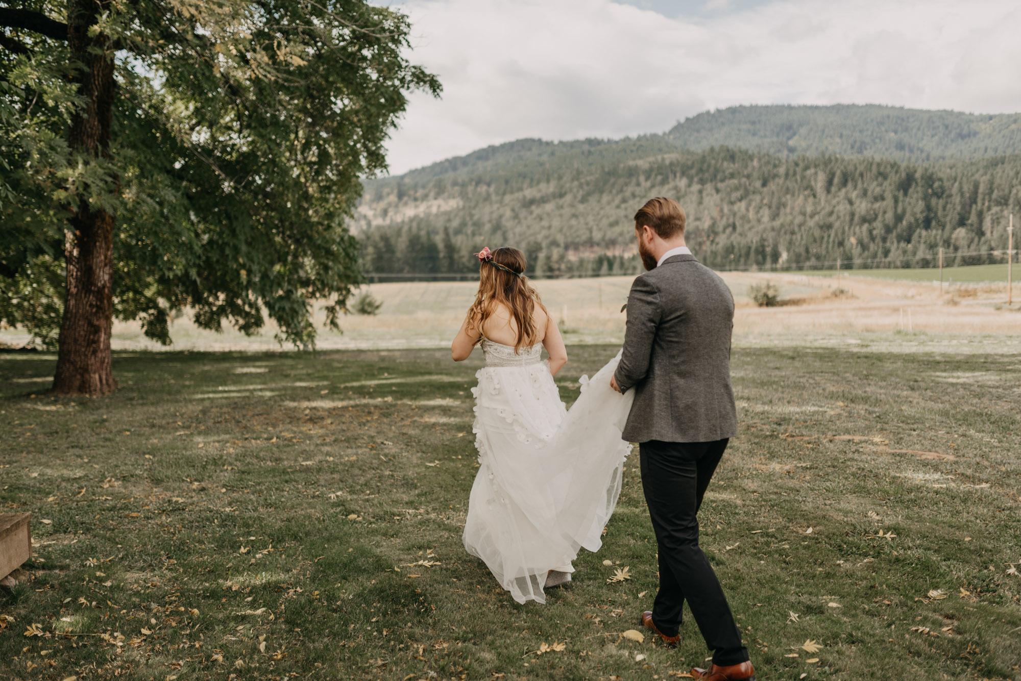 Outdoor-First-Look-Washington-Wedding-Barn-Door-8189.jpg
