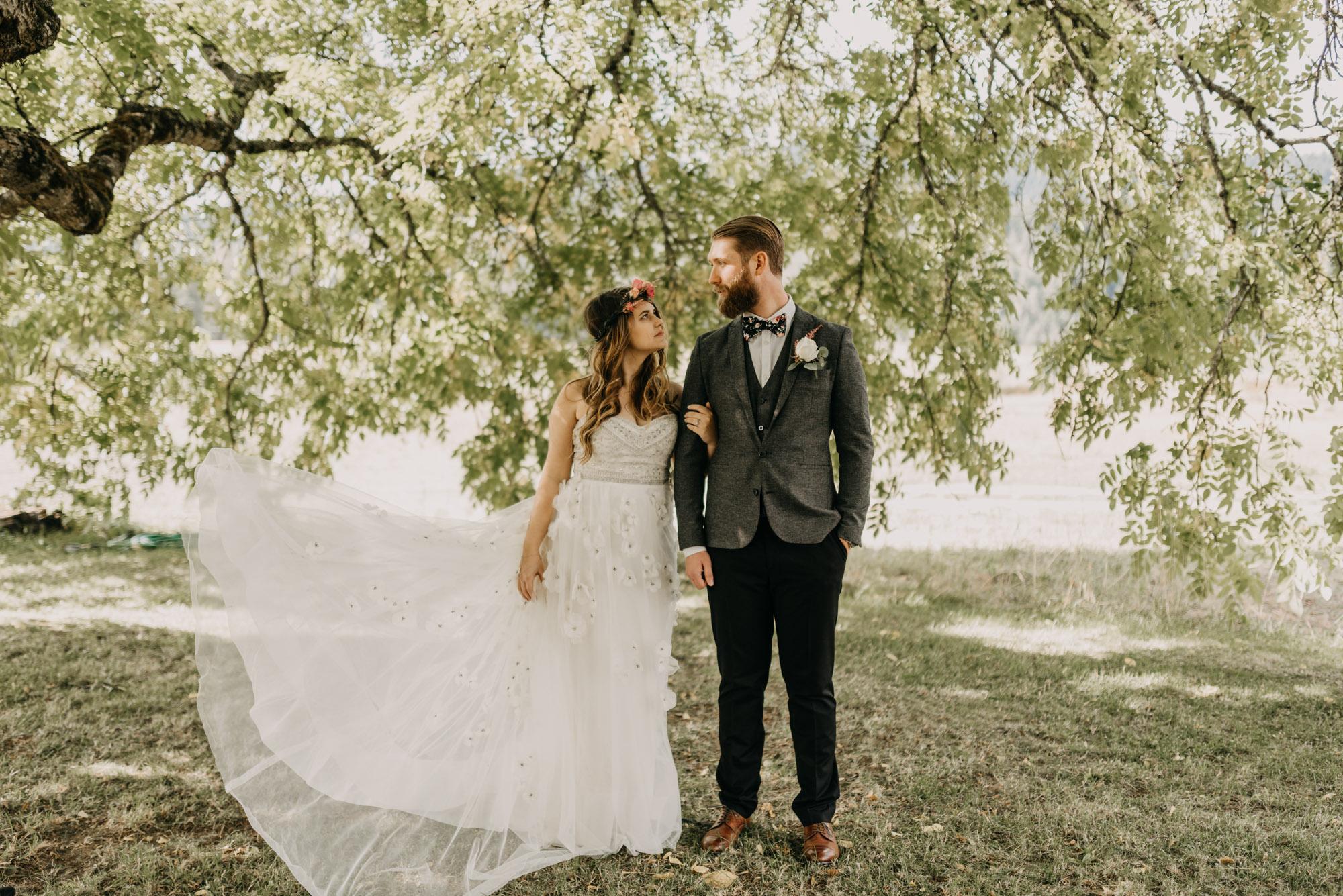 Outdoor-First-Look-Washington-Wedding-Barn-Door-8302.jpg