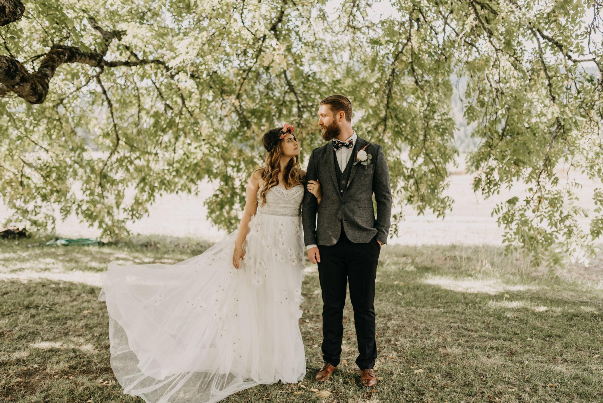 Outdoor-First-Look-Washington-Wedding-Barn-Door-8303.jpg