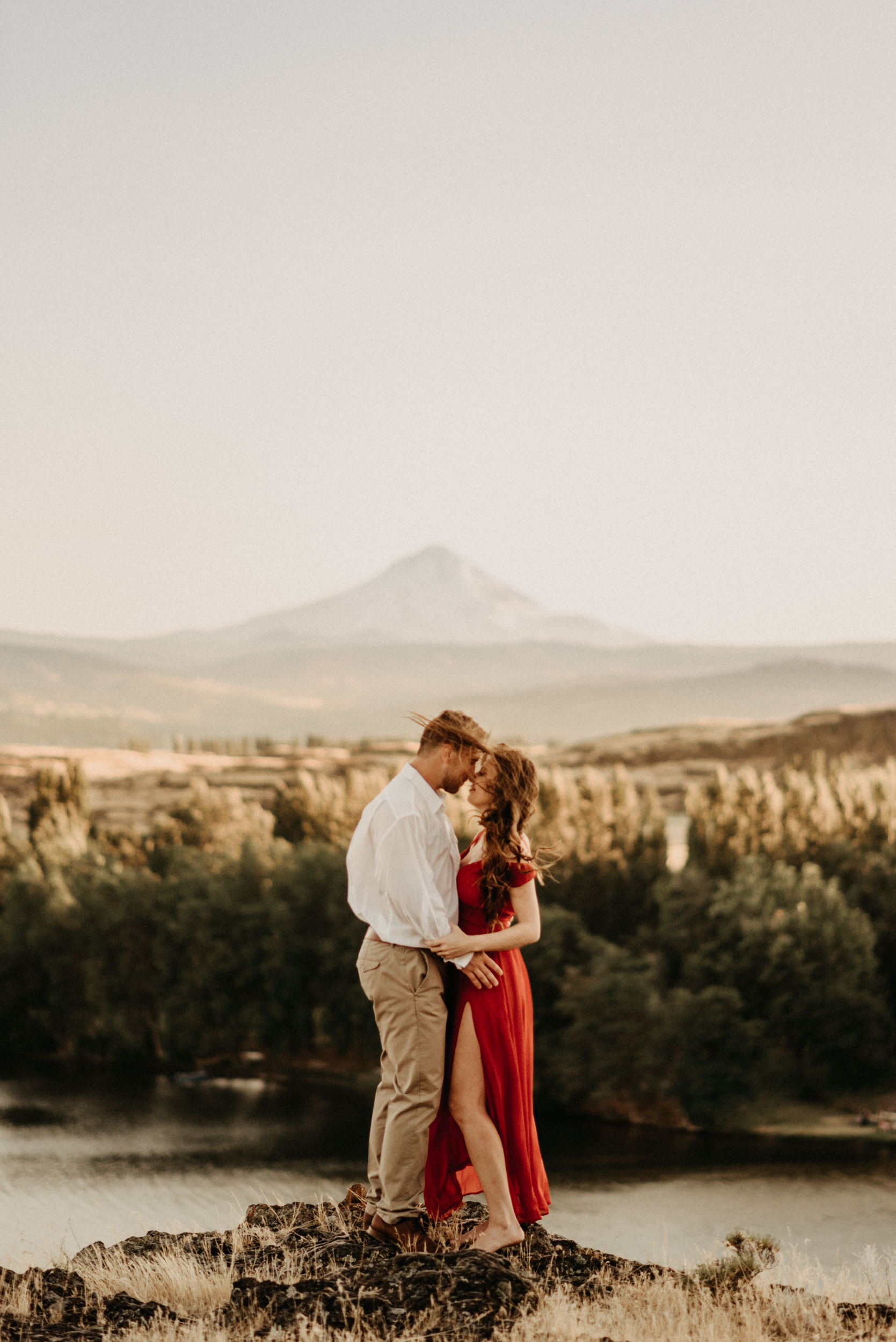 76horsethief-butte-mt-hood-viewpoint-sunset-engagement.jpg