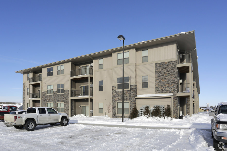 brookledge-at-fox-hills-watford-city-nd-building-photo3.jpg