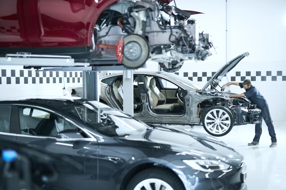 Demontage - Om een aantal onderdelen aan uw auto te herstellen of te vervangen, démonteren onze monteurs vakkundig uw auto. Démontage is nodig om 'ruimte' te maken voor het herstelwerk en spuiten zonder daarbij andere delen van de auto te beschadigen.Mocht bij démontage blijken dat er meer beschadigd is dan wat in de voorcalculatie is opgenomen, dan wordt dit alsnog opgenomen en besproken met de expert.