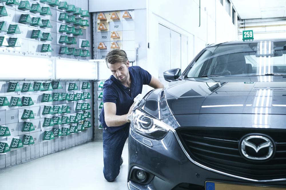 Wassen, eindcontrole & aflevering - Door al dit harde werk is uw auto toe aan een wasbeurt. Van binnen en buiten reinigen wij de auto. Als de auto weer blinkt, kunnen we in onze 'lichtstraat' controleren of er nog onvolkomenheden in de nieuwe lak te vinden zijn. Eventuele oneffenheden kunnen vaak nog door onze eindcontroleurs weggewerkt worden. Zij leggen de finishing touch aan uw auto. Verlichting wordt gecontroleerd en banden eventueel op spanning gezet.